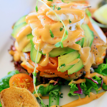 Photo prawn avocado salad with yuzu mayonnaise